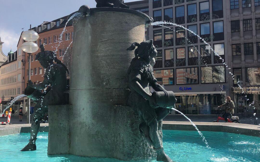 DER FISCHBRUNNEN – MEHR ALS NUR EIN BELIEBTER TREFFPUNKT