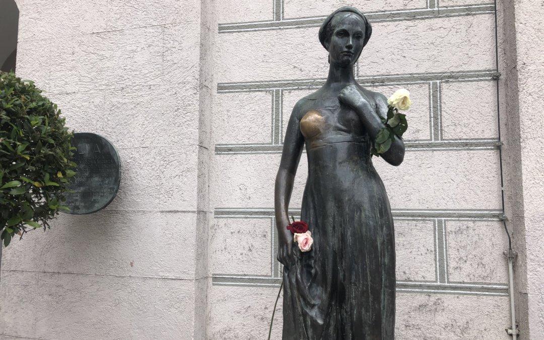 JULIA WARTET AUCH IN MÜNCHEN – DIE JULIA STATUE